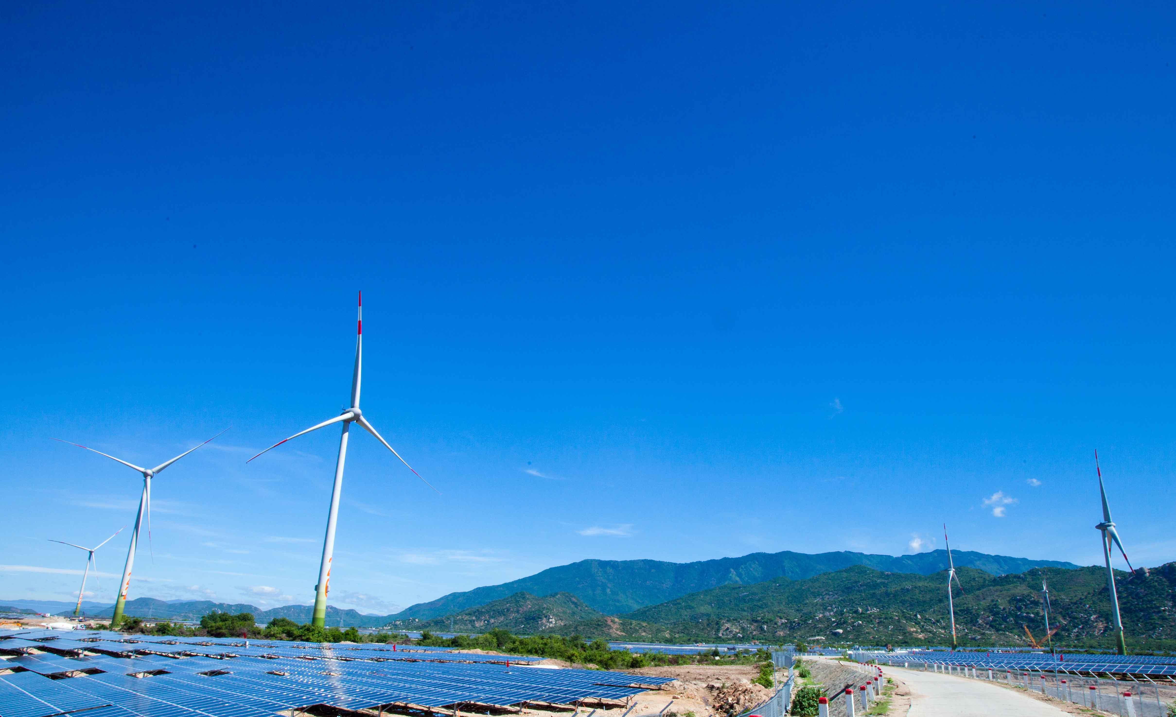 Bao bọc bởi 3 mặt là núi, một bên là biển cả, tổ hợp trang trại năng lượng tái tạo điện mặt trời và điện gió Trung Nam tại Mũi Dinh là nơi chiêm ngưỡng những chiếc quạt gió khổng lồ đang quay chầm chậm những cánh quạt