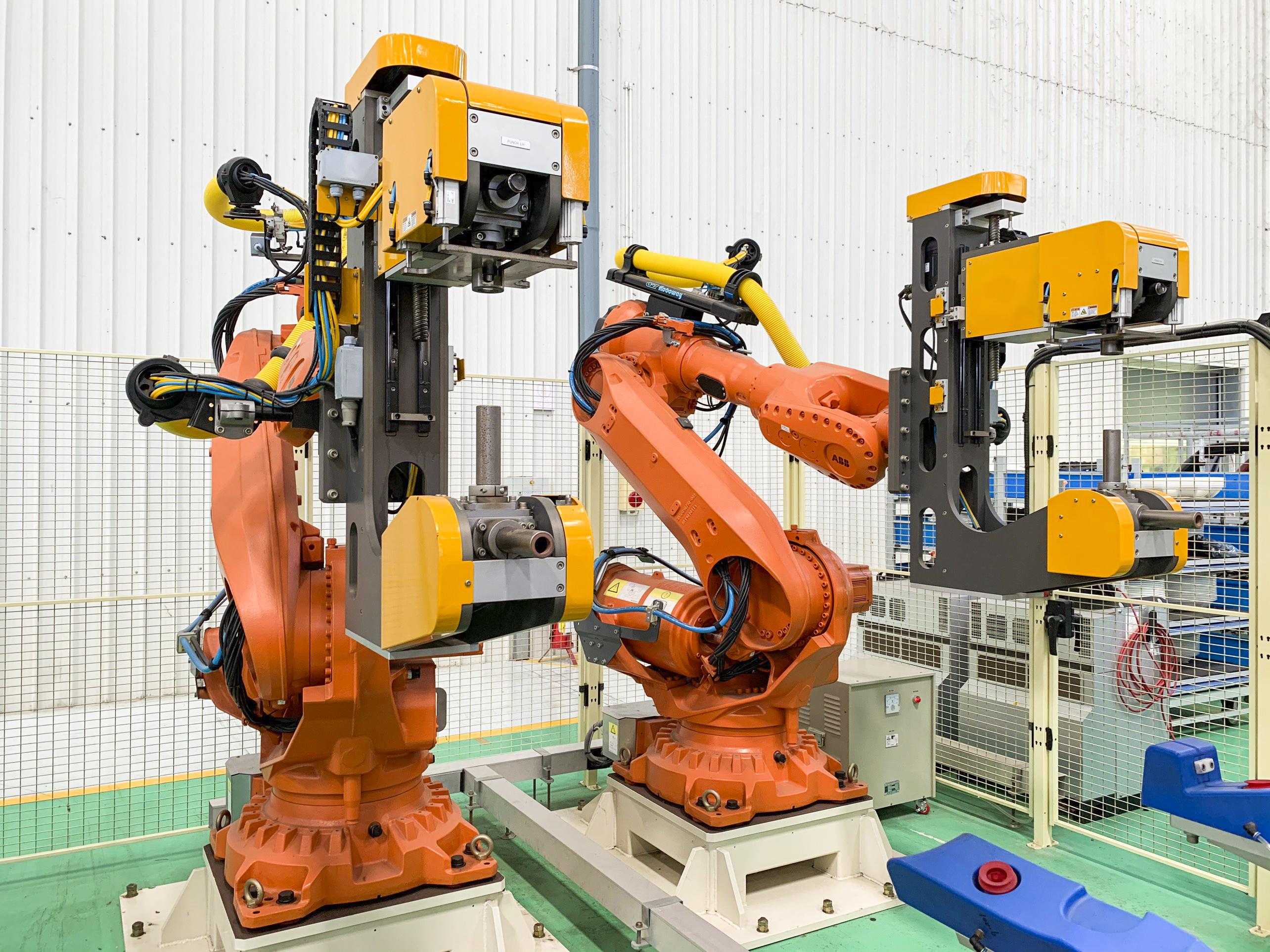 Robot đục lỗ cảm biến cản xe