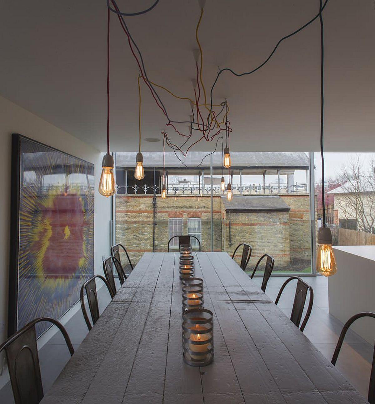 Hệ thống chiếu sáng bằng bóng đèn Edison tạo thêm nét công nghiệp cho không gian ăn uống tối giản hiện đại này