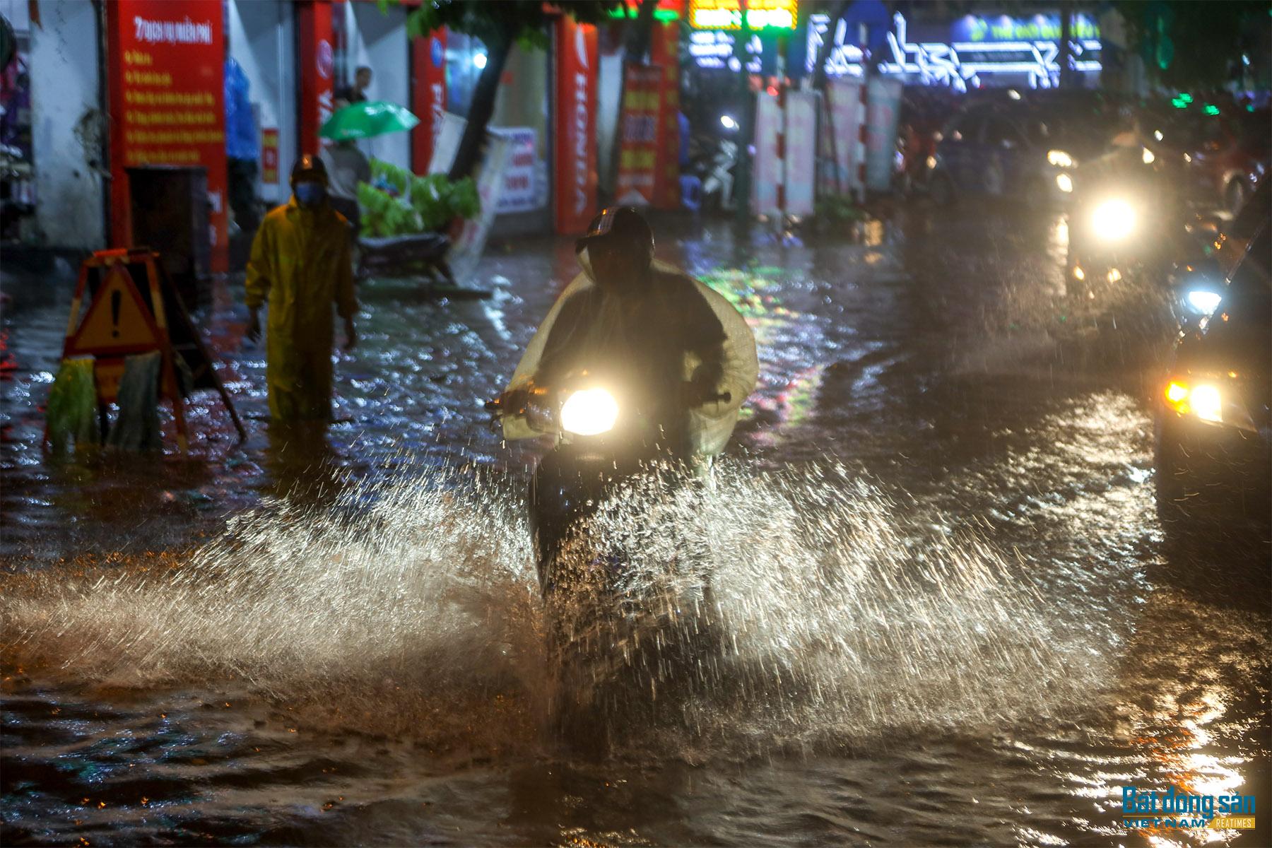 Hà Nội: Mưa lớn kéo dài, nhiều tuyến phố ùn tắc hàng trăm mét