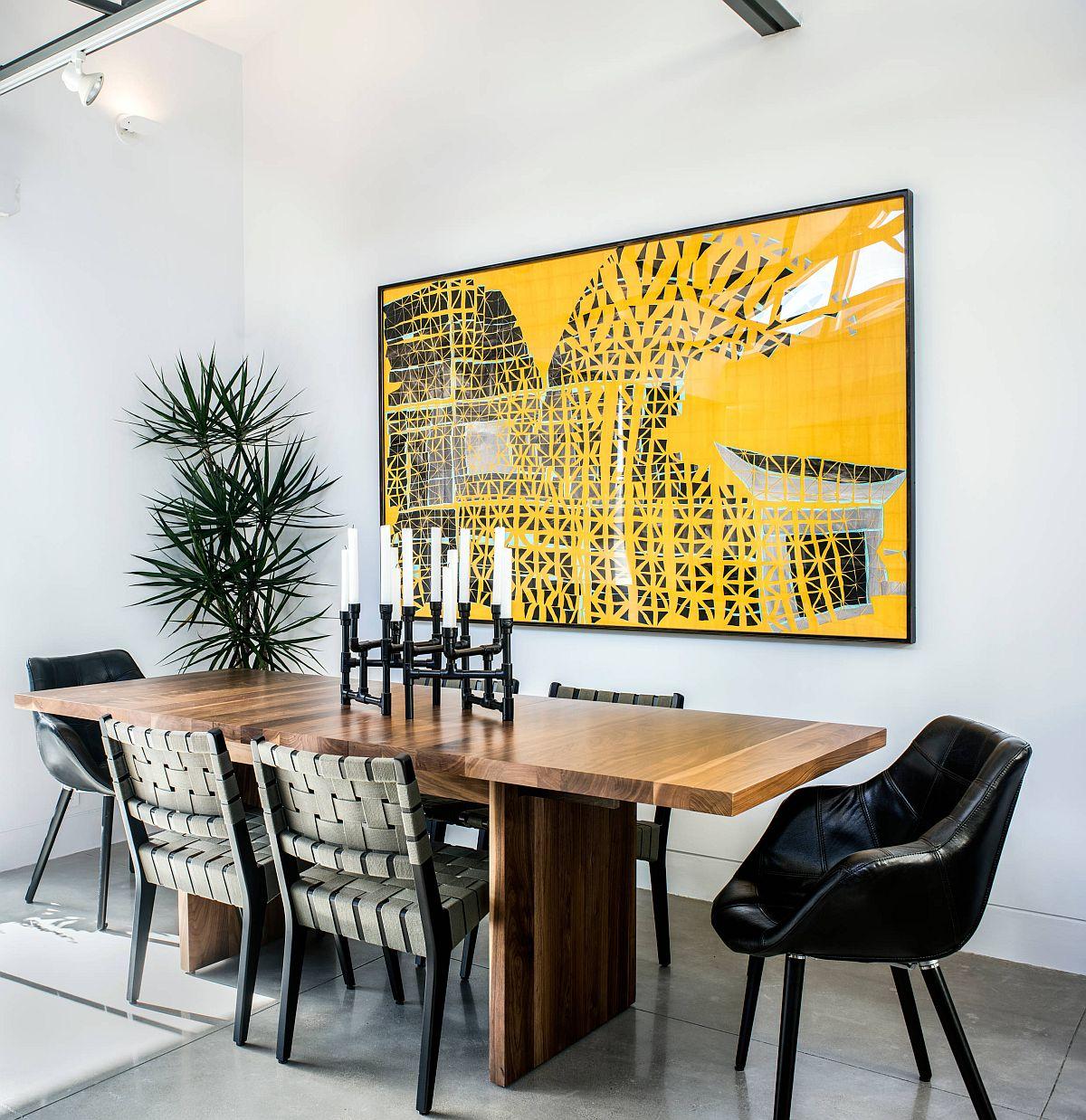 Bức tường nghệ thuật trong phòng ăn này thêm màu vàng tươi sáng cho một không gian đen trắng