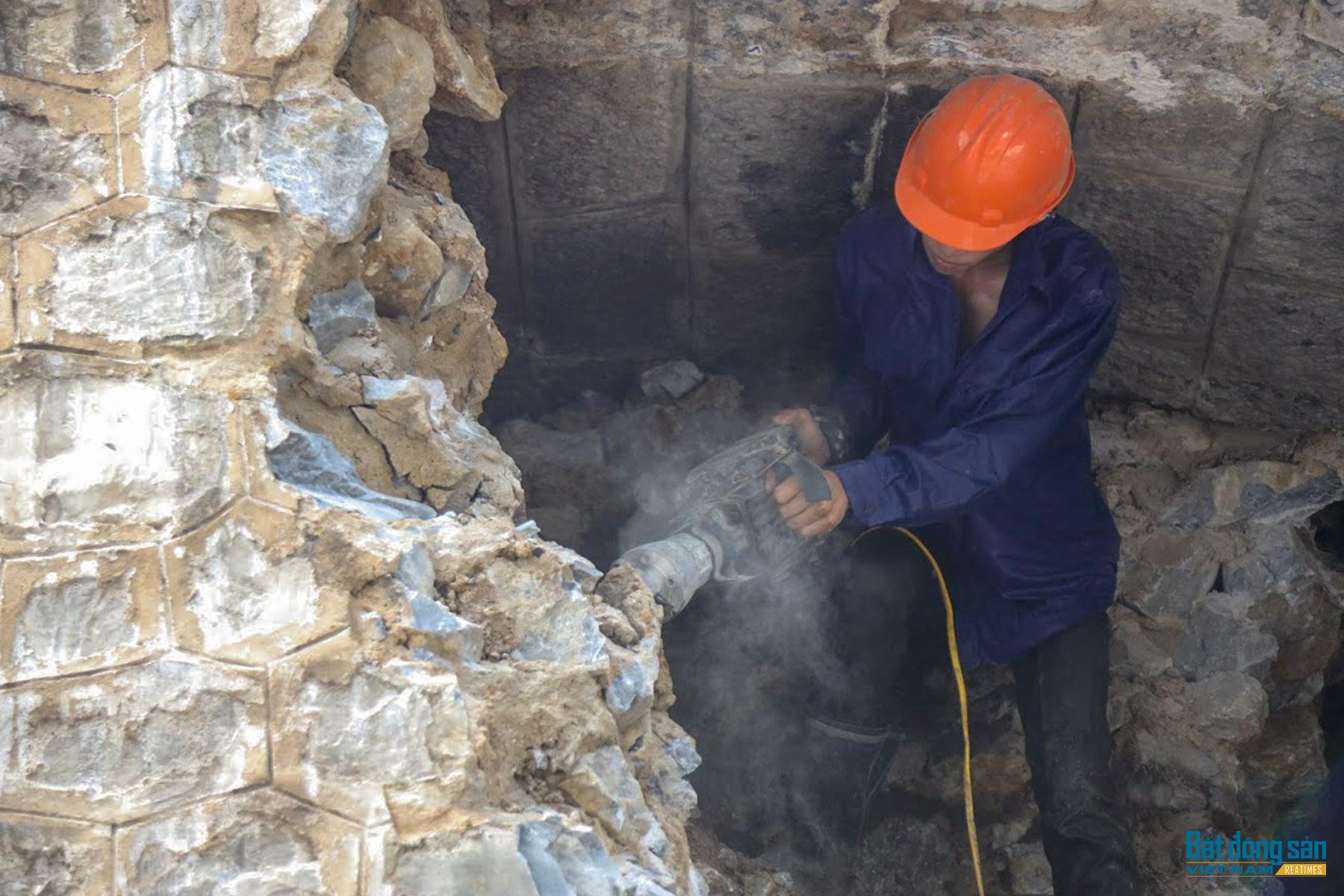 Hà Nội: Cận cảnh quá trình đục thông 5 vòm cầu đá trên phố Phùng Hưng