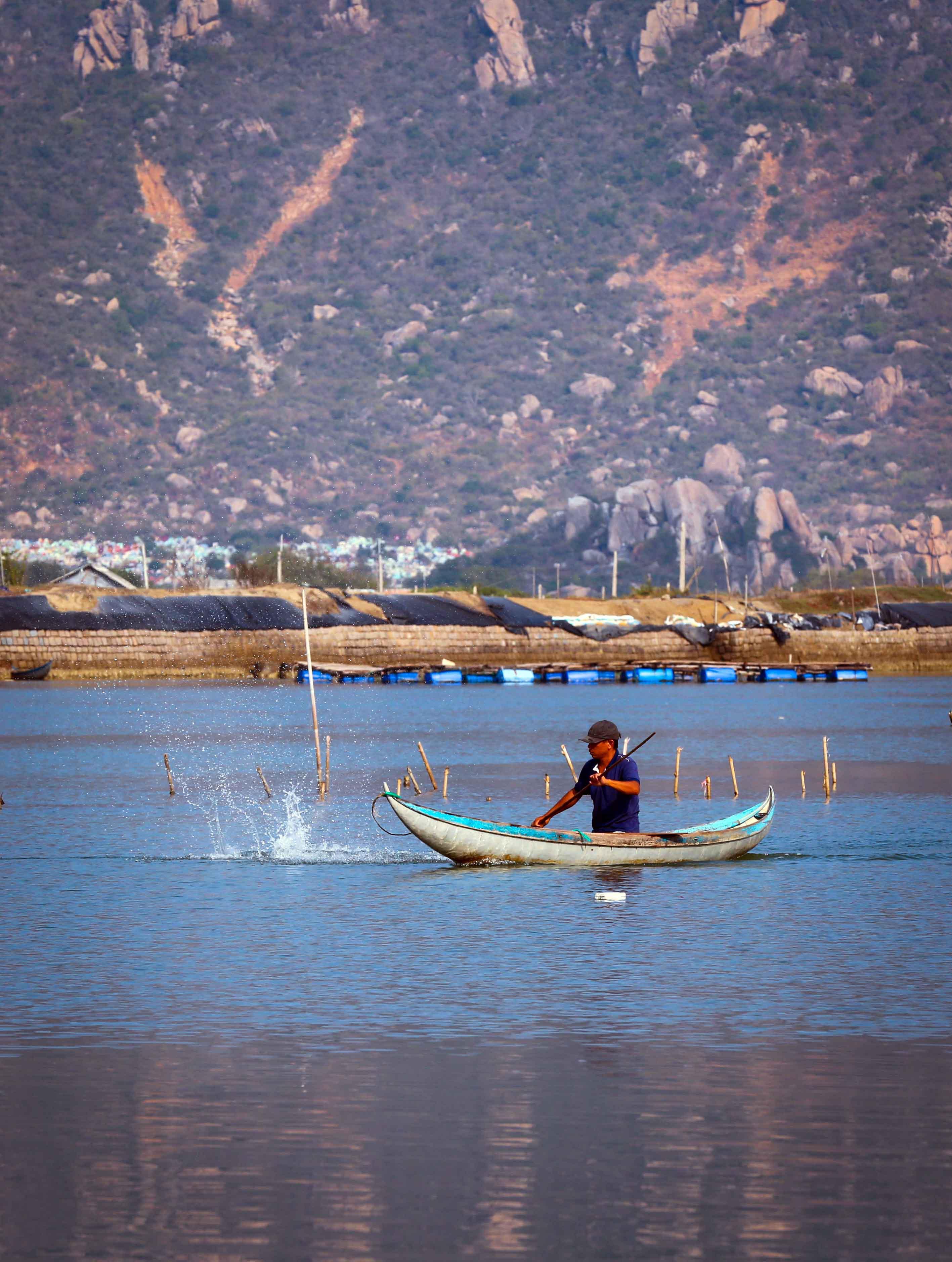 Là một trong 12 đầm phá ven biển lớn nhất Việt Nam, Đầm Nại cũng là nơi mưu sinh của nhiều ngư dân vùng biển với nghề khai thác hải sản tự nhiên từ lòng đầm bằng những chiếc xoỏng, nhẹ nhàng lướt trên mặt đầm câu, thả lưới, đặt lờ bắt cá, cạy hàu....