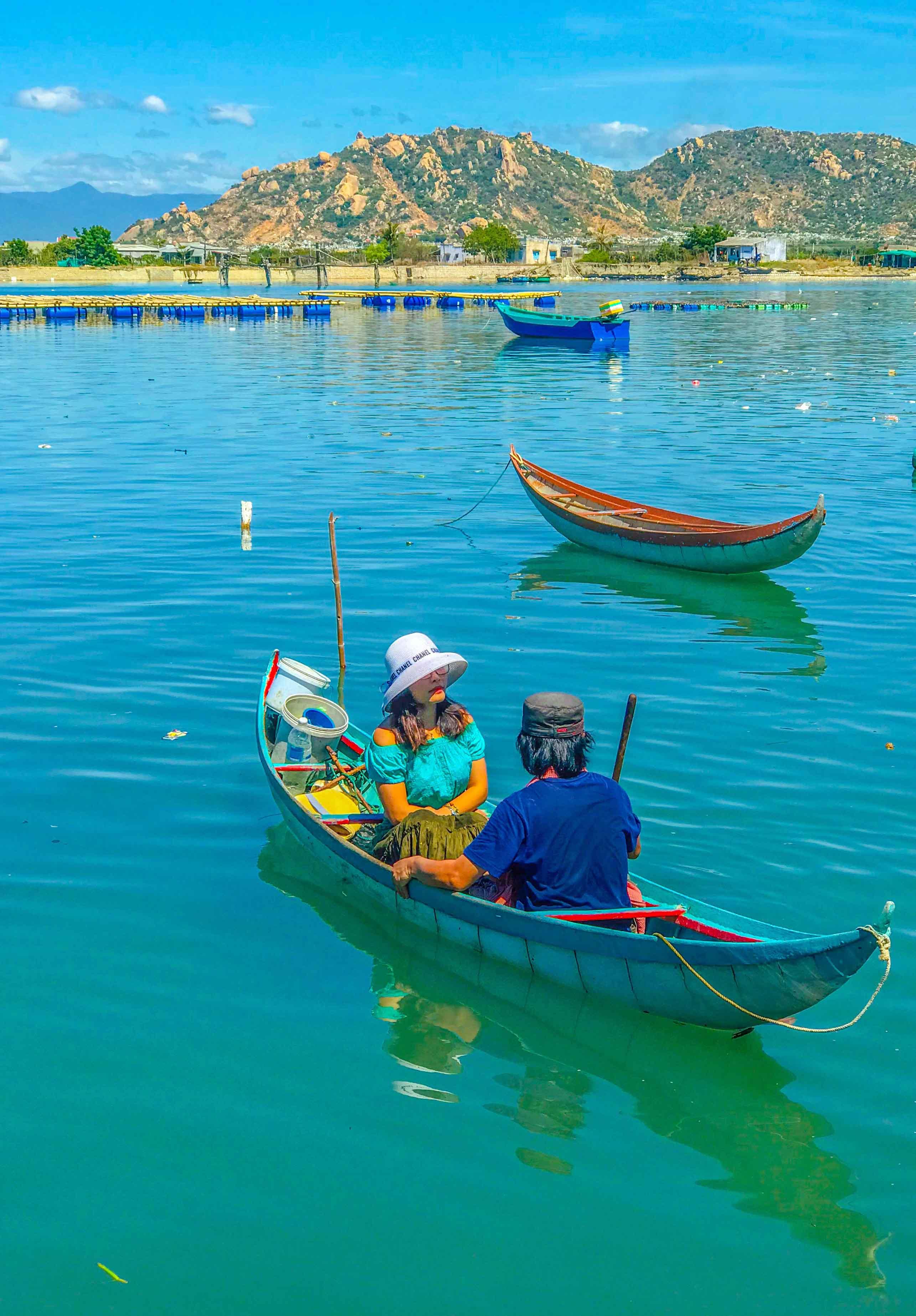 … đó cũng là thời điểm họ rảnh rỗi để giúp bạn có thể trải nghiệm bơi mái chèo trên sóng nước Đầm Nại …