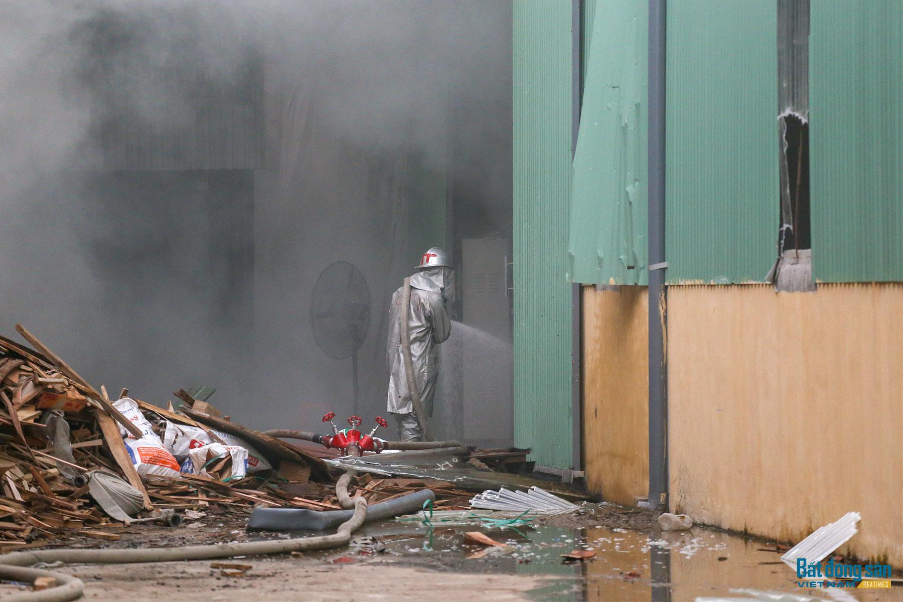 Hà Nội: Cháy lớn tại khu nhà xưởng đồ gỗ tại khu công nghiệp Bình Phú