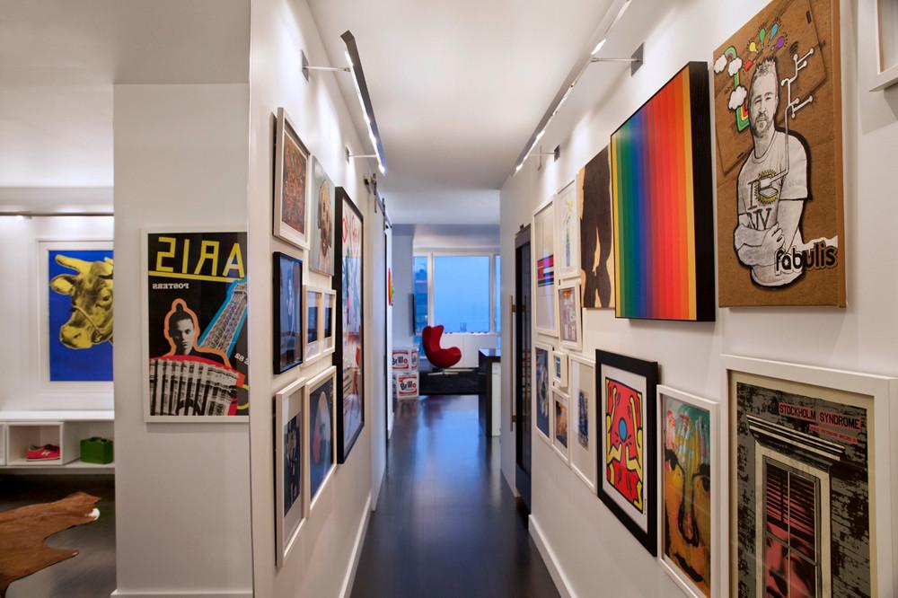 Các tác phẩm nghệ thuật trên tường đầy màu sắc tạo ra một màn hình hành lang tuyệt đẹp thu hút ánh đèn sân khấu.