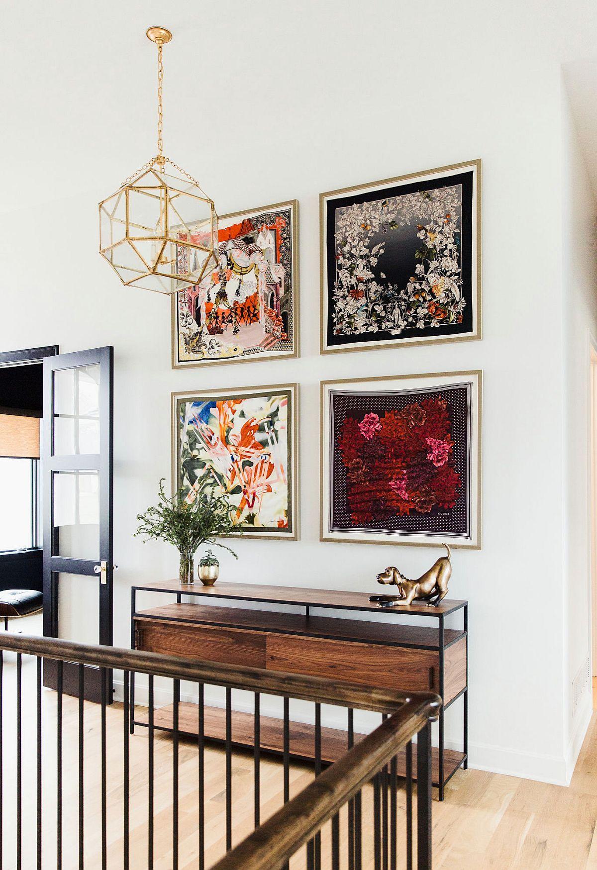 Mặt dây chuyền phong cách địa lý, tác phẩm nghệ thuật trên tường tuyệt đẹp và một chiếc bàn điều khiển mỏng tạo hình cho mục nhập hiện đại này.