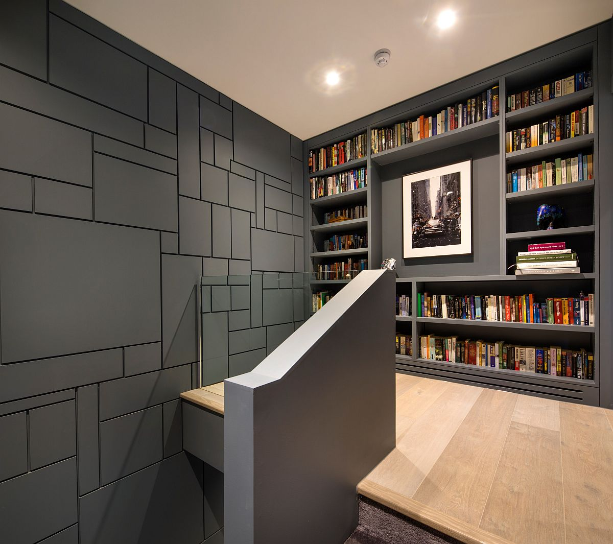 Những bức tường xám tuyệt đẹp làm tăng thêm phong cách tinh tế của giá sách hiện đại này.
