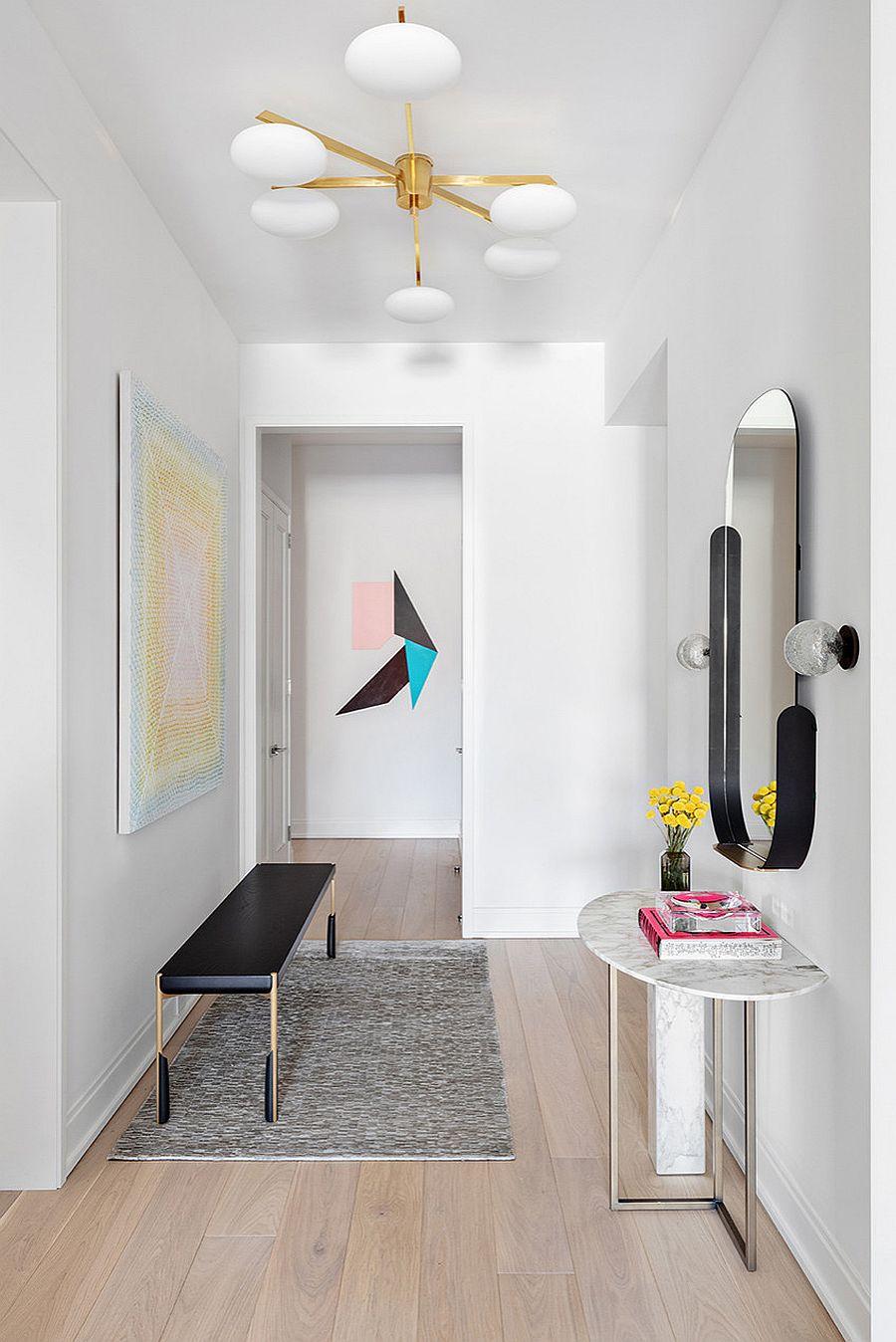 Gương, bàn điều khiển tuyệt vời và một chiếc ghế dài mỏng khác được sử dụng để trang trí hành lang thông minh này.