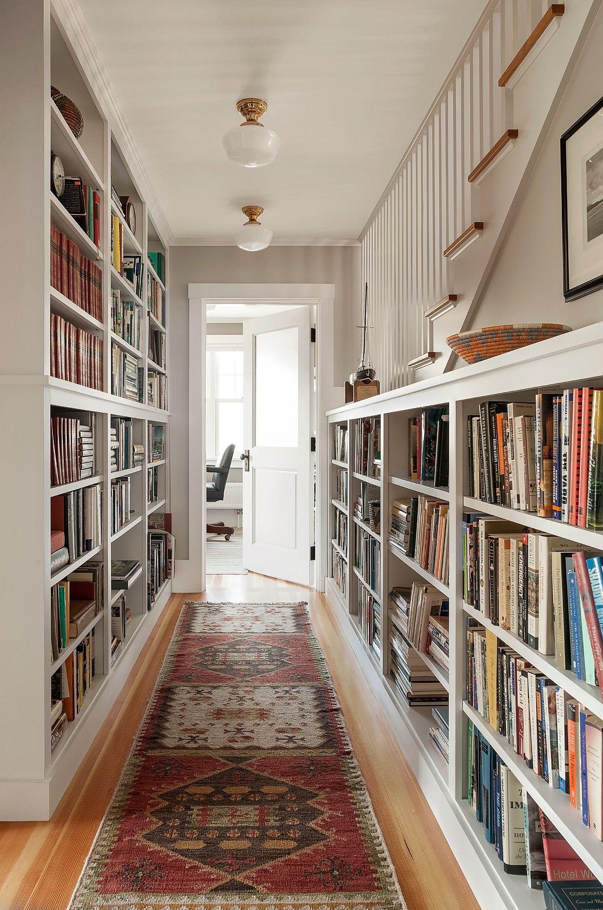 Thiết kế giá sách đơn giản và thiết thực cho hành lang nhỏ.