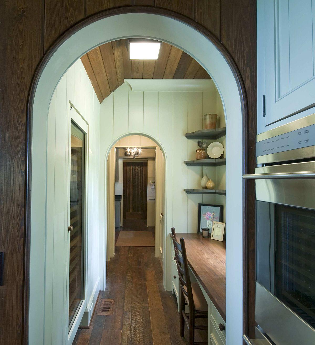 Hành lang truyền thống biến thành một không gian làm việc tại nhà đáng yêu, có ý thức về không gian.
