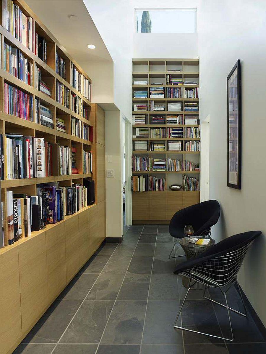 Biến hành lang thành thư viện tại gia và không gian đọc sách với không gian rộng rãi cho sách và một vài chiếc ghế.