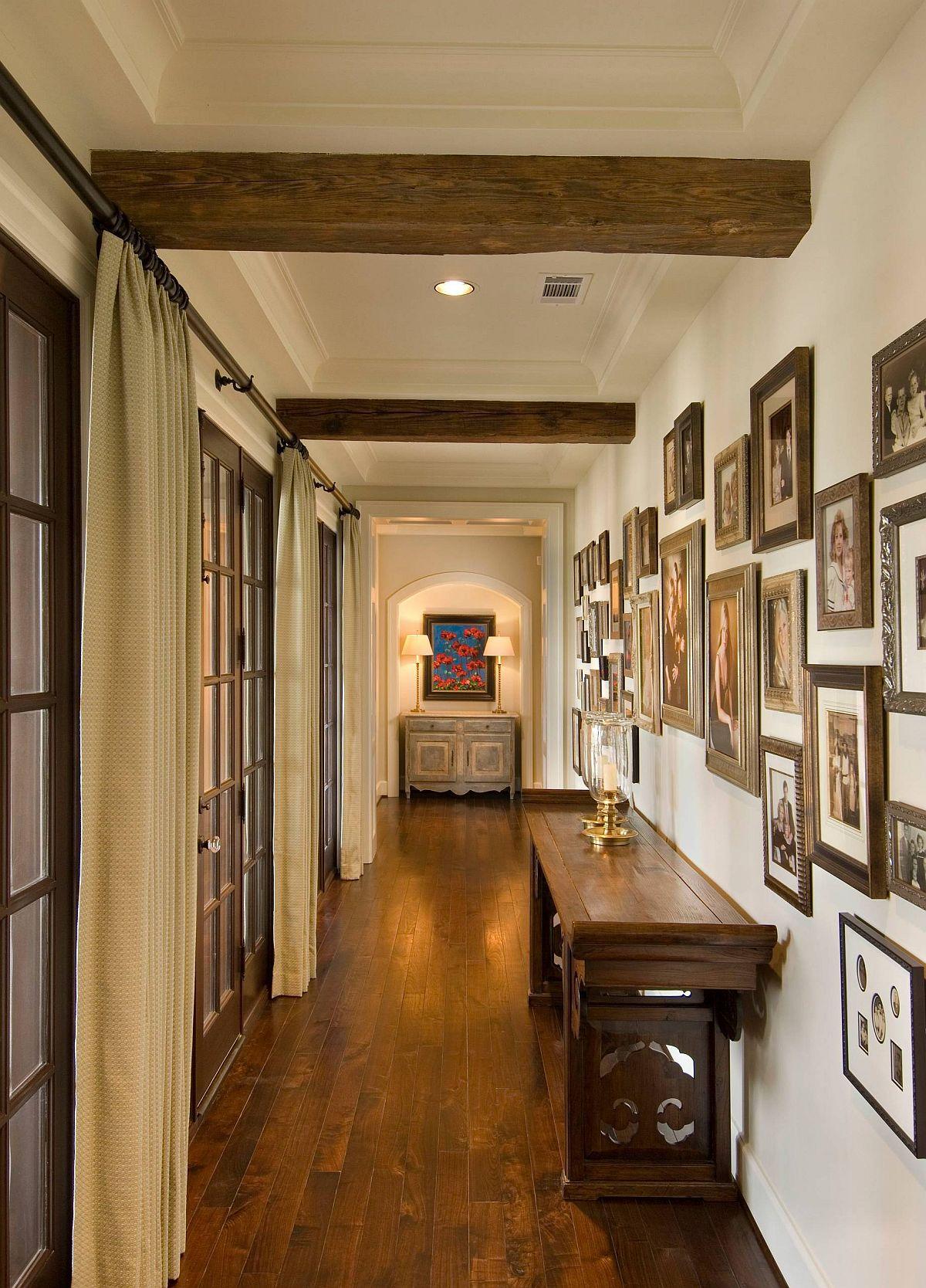 Sử dụng các khung có kết cấu tương tự mang lại cho hành lang này một sức hấp dẫn thị giác đẹp hơn.