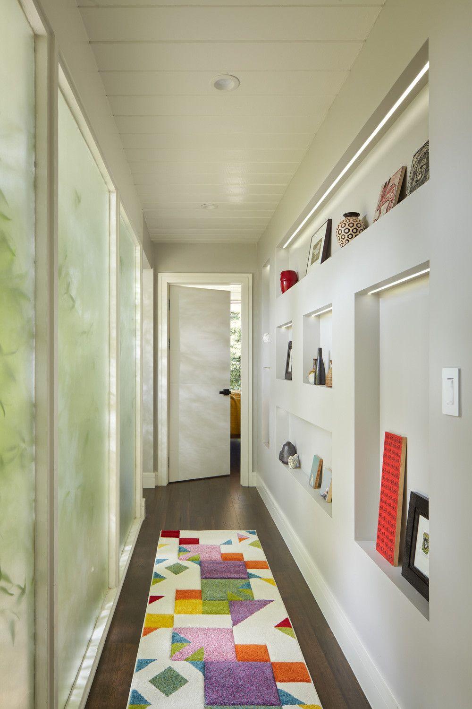 Bạn không cần nhiều diện tích kệ để tạo ra một bức tường trưng bày xinh xắn ở hành lang.