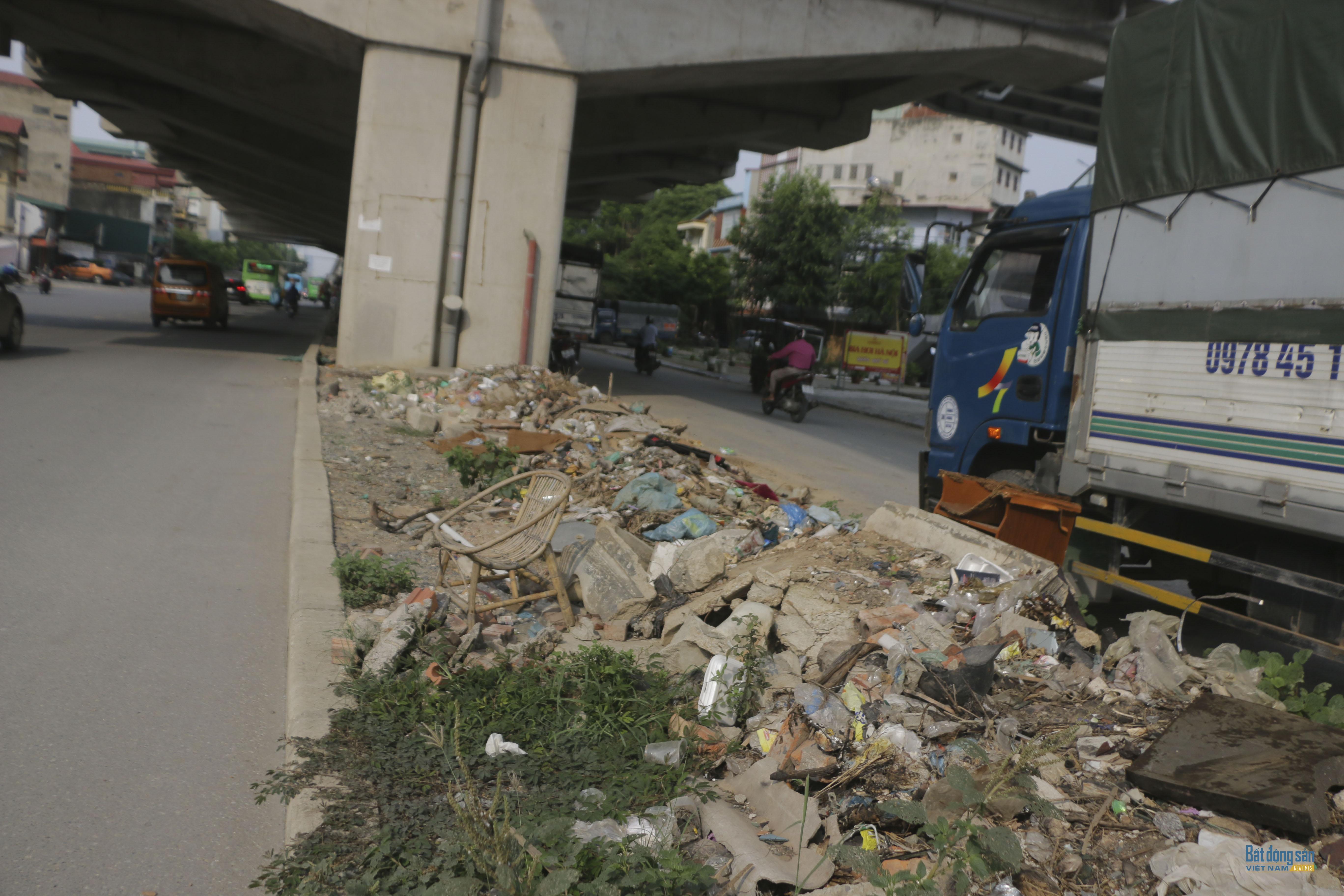 Ngập rác dọc chân hành lang tuyến đường sắt trên cao Hà Nội