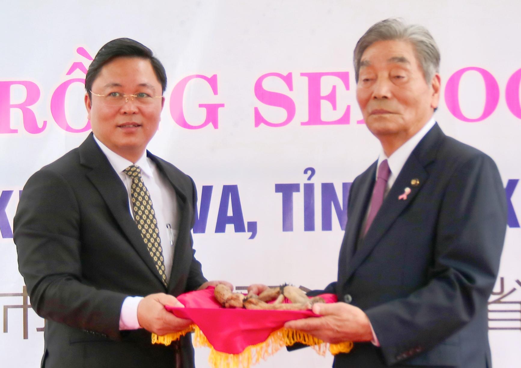 Ông Lê Trí Thanh (bên trái) Chủ tịch UBND tỉnh Quảng Nam nhận hoa sen từ đại diện nước Nhật Bản. Ảnh: HỮU TRÀ
