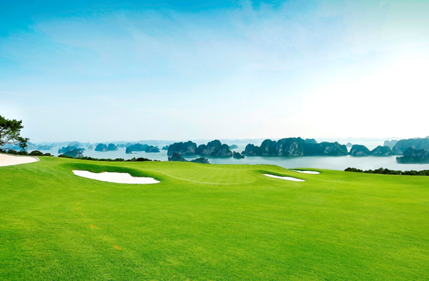 Chỉ cần vài phút di chuyển từ chính căn nhà của mình, gia chủ có thể thỏa sức chơi golf trên địa thế đồi núi tự nhiên, và cùng lúc ngắm nhìn hàng ngàn hòn đảo lớn nhỏ soi bóng dưới mặt nước xanh lam phẳng lặng - một trải nghiệm dường như chỉ dành cho giới thượng lưu tại những quốc gia biển đảo như Monaco, Địa Trung Hải…