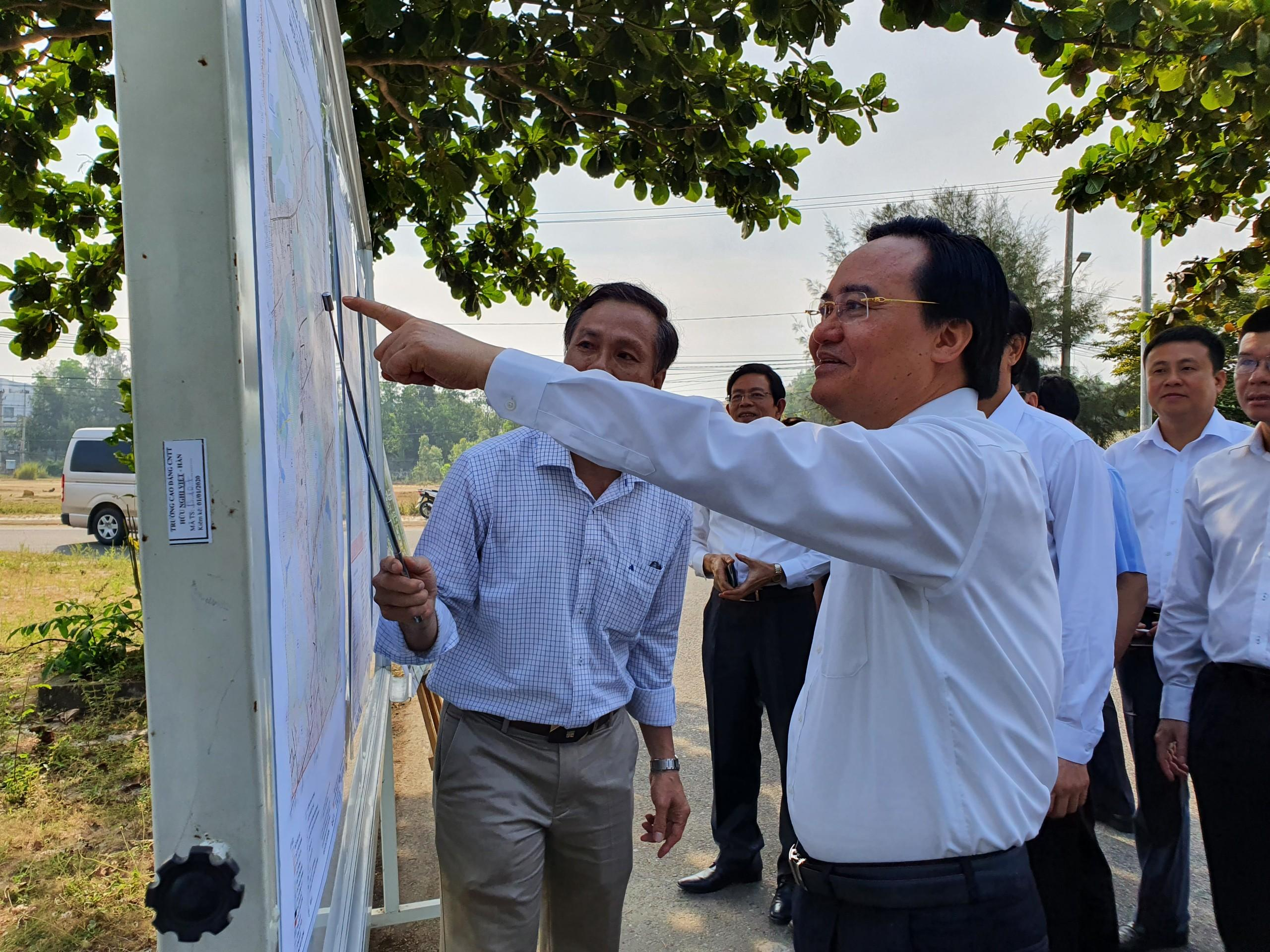 Bộ trưởng Bộ GD-ĐT Phùng Xuân Nhạ kiểm tra tiến độ dự án Làng đại học Đà Nẵng vào tháng 5.2020