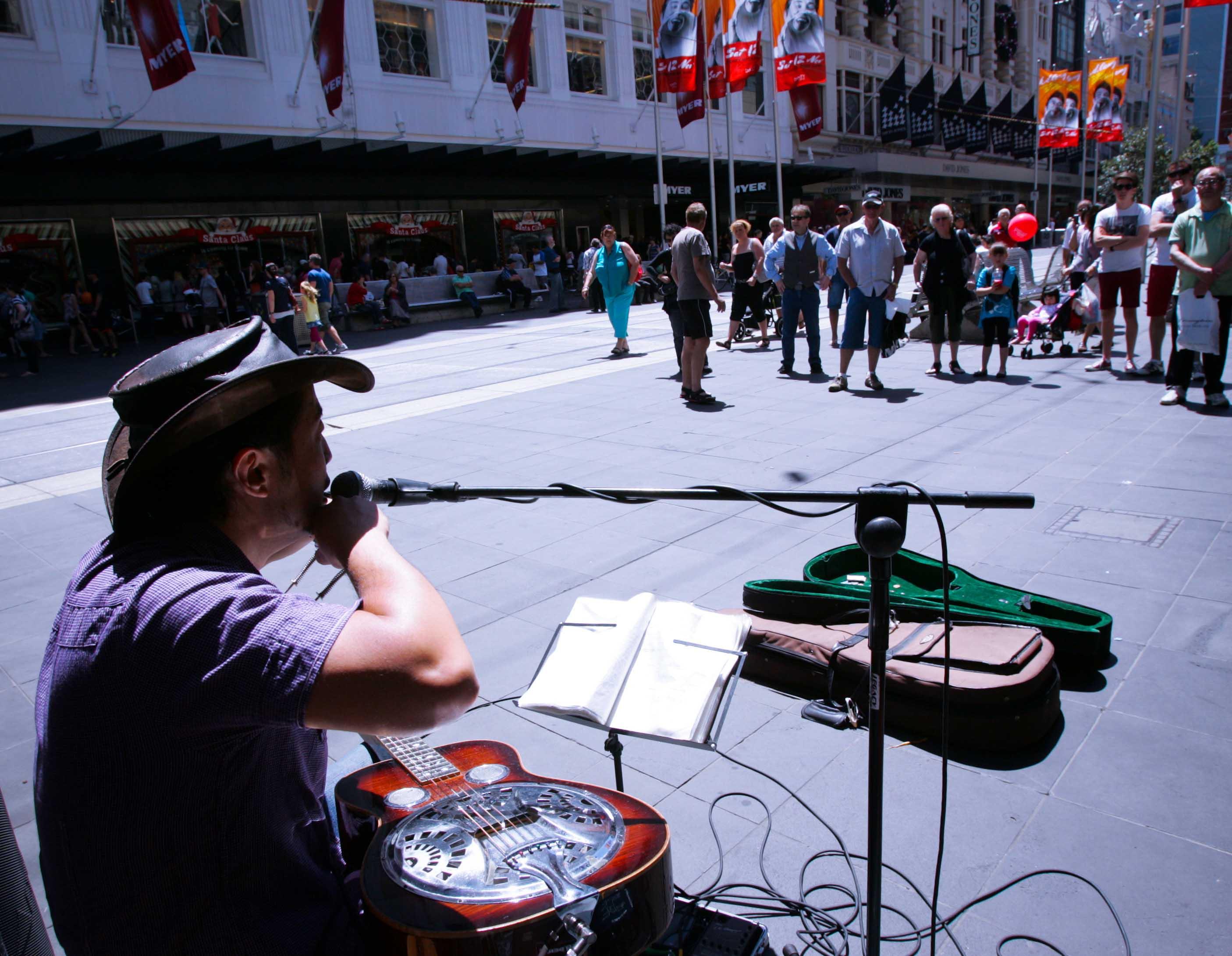 Không chỉ những nghệ sỹ hình thể trình diễn, các nghệ sỹ hát rong mang âm nhạc làm rộn ràng khắp các con phố. Giọng ca, tiếng đàn của họ hay không kém các buổi trình diễn chuyên nghiệp và bạn chỉ cần ủng hộ bằng việc mua đĩa CD, hoặc bỏ vào hộp đàn vài đồng xu lẻ.