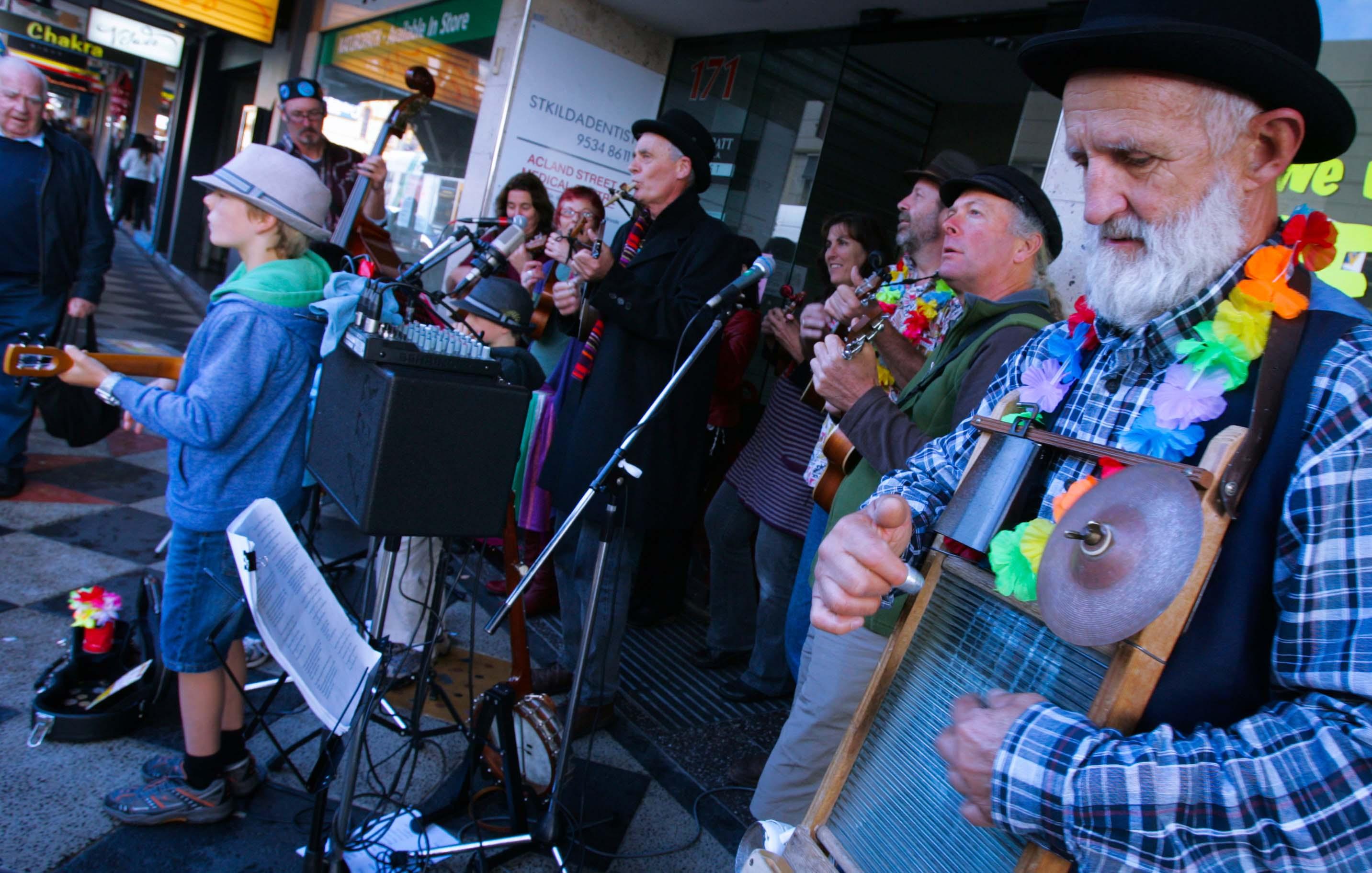 Có cả ban nhạc gia đình với đủ đầy các thế hệ ông - cháu, bố - con… cùng kéo nhau biểu diễn trên phố. Họ đàn hát không vì mưu sinh mà vì niềm vui tụ họp cuối tuần với bạn bè.