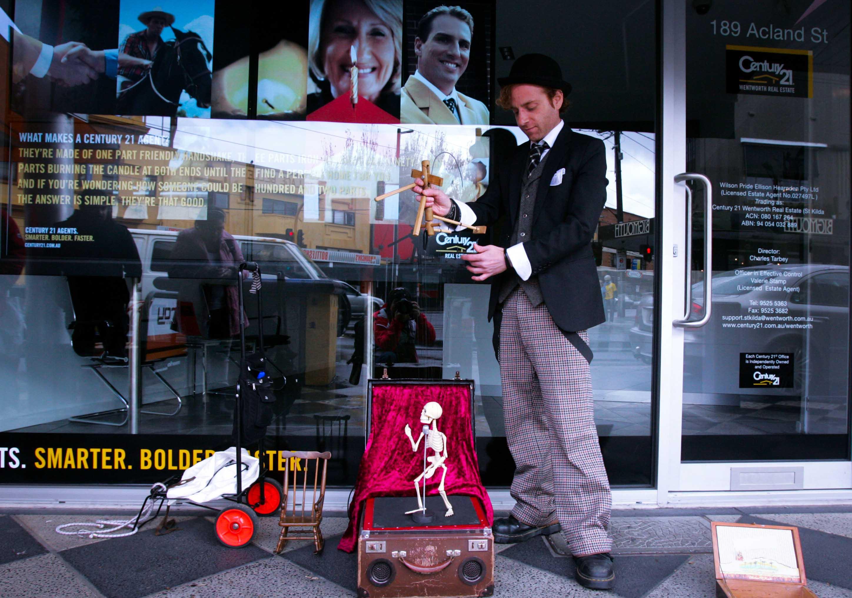 Ngoài ra, street artists còn có anh chàng David Splatt với trò trình diễn rối khá hấp dẫn người xem trên phố Kilda St.