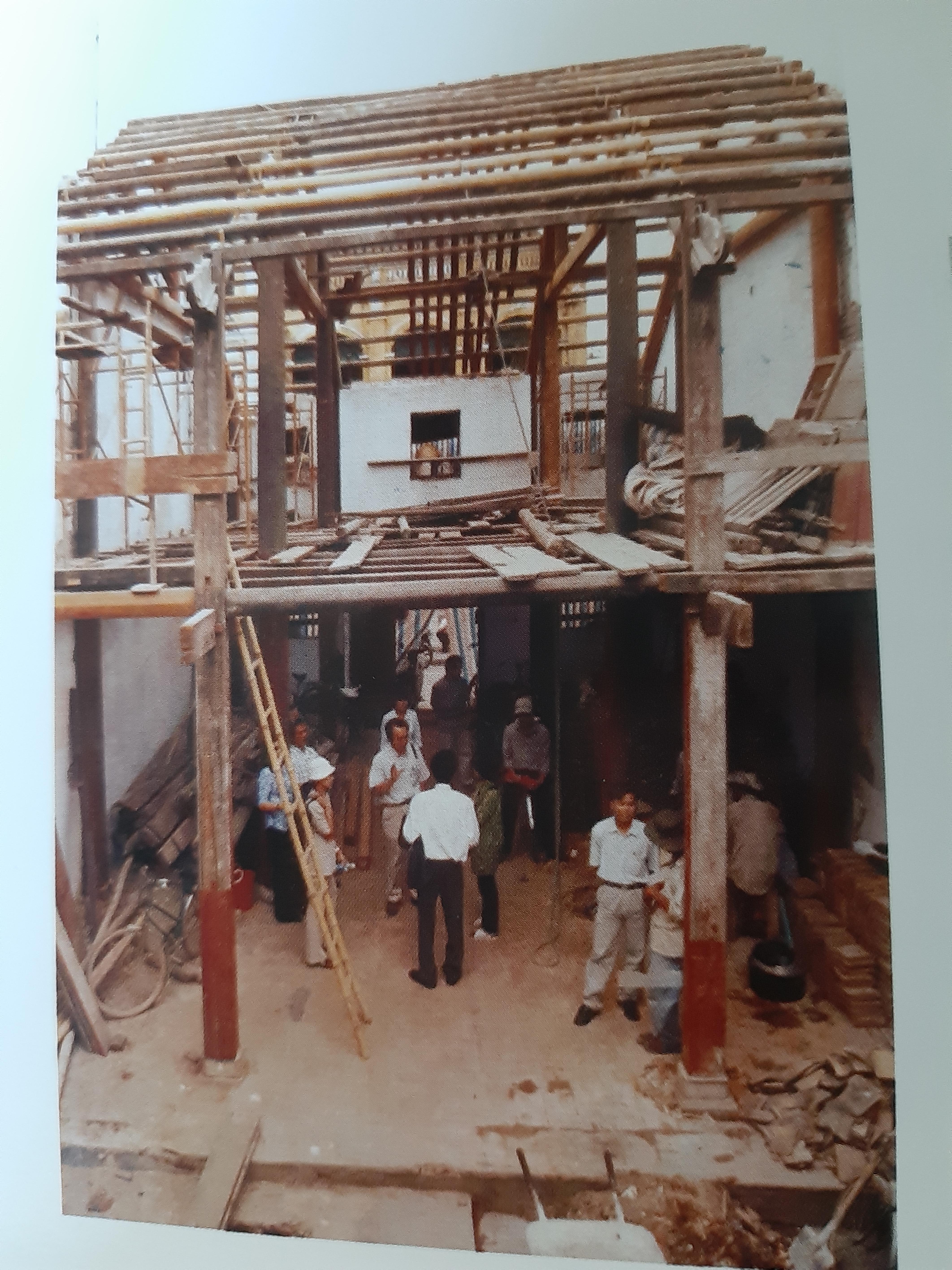 Chuyên gia Nhật Bản giúp trùng tu nhà cổ ở Hội An. Ảnh: TTQLBTDSVH Hội An