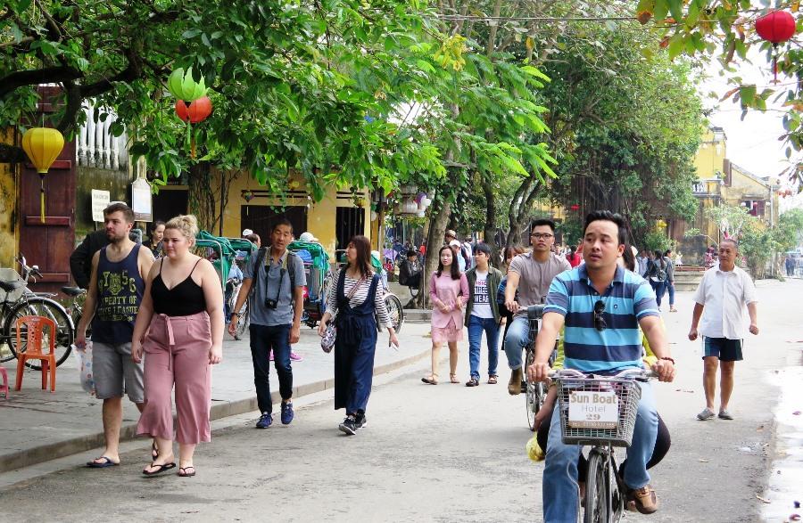 Du khách tập trung quá đông ở phố cổ là một nguyên nhân gây quá tải cho Đô thị cổ Hội An