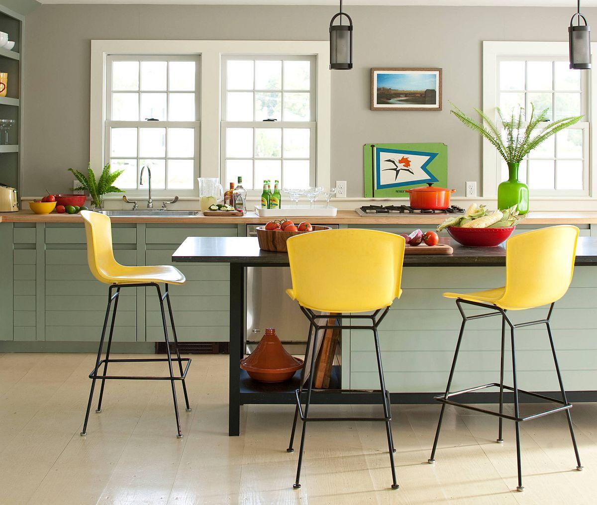 Vài chiếc ghế đẩu màu vàng, chiếc bình hoa và thêm vài nhành lá màu xanh giúp căn phòng căng tràn sức sống.