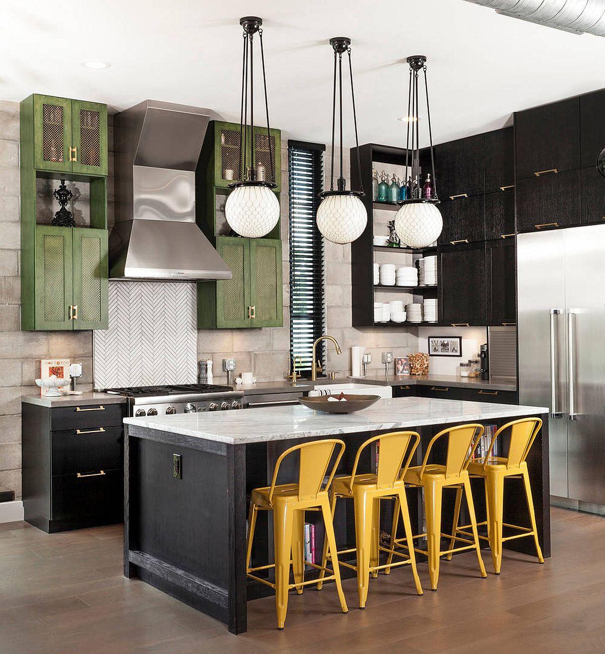 Những chiếc ghế với tone màu vàng mù tạt giúp khu vực quầy bar trở nên nổi bật hơn trong phòng bếp mang phong cách kiểu trang trại công nghiệp này.