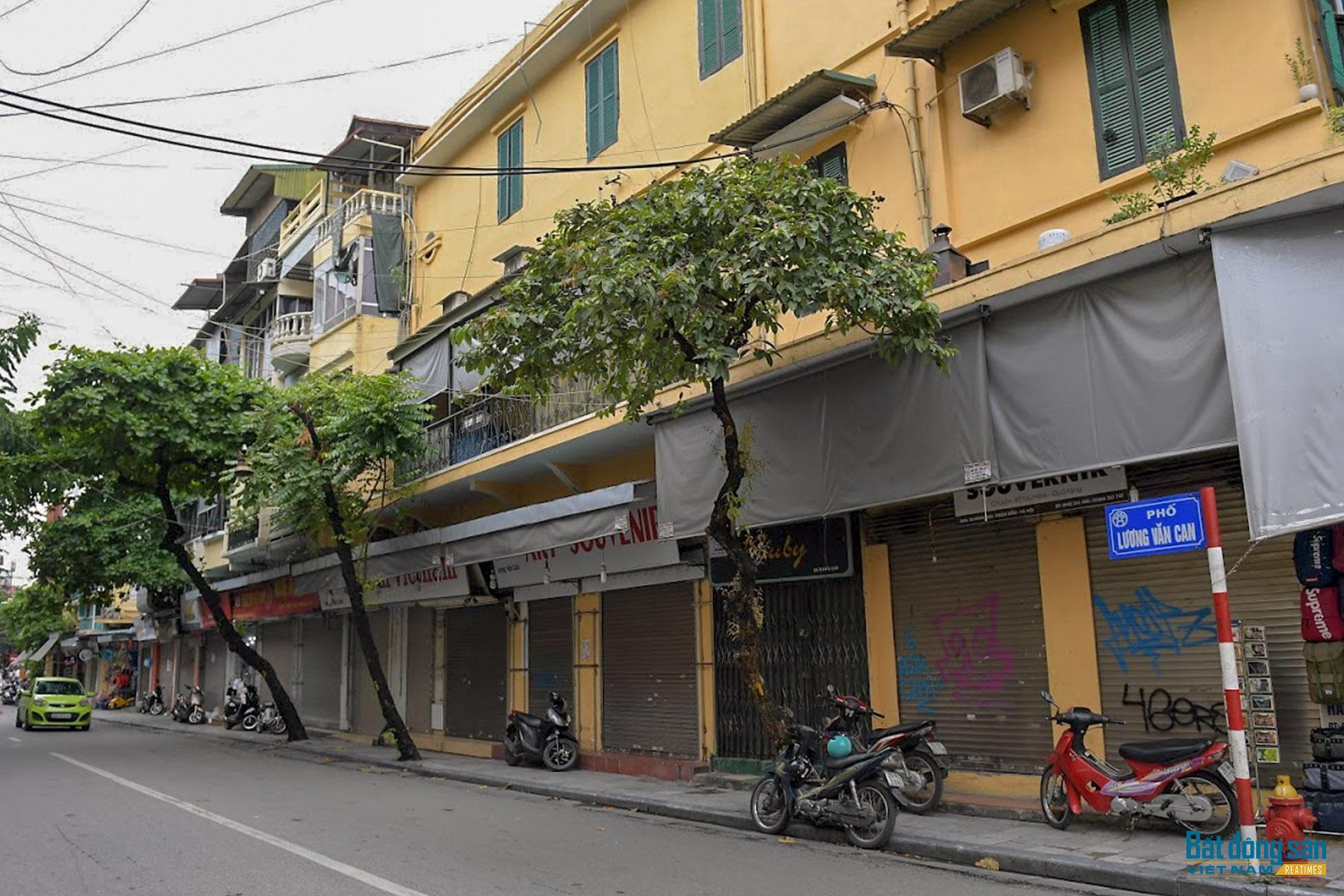 Hàng loạt cửa hàng im ỉm đóng, biển cho thuê mặt bằng giăng khắp phố cổ