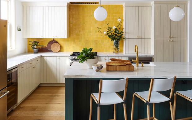 Làm mới phòng bếp bằng gam màu vàng và xanh lá